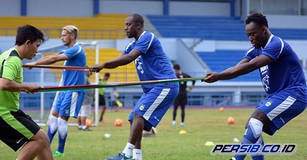 Persib Bandung's stars Raphael Maitimo, Carlton Cole and Michael Essien during a training. Photo: Persib Bandung